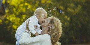 Няня или бабушка: с кем оставить ребенка